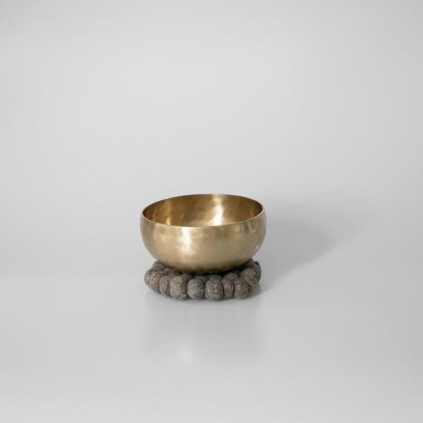Klangschale Medium, 15 cm / 725-775 g, mit Kissen (15cm) und Schlägel (Größe 2)